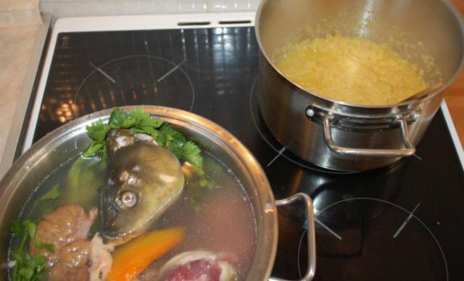 Istovremeno kuhati riblji temeljac i dinstati luk i mrkvu 30 minuta.